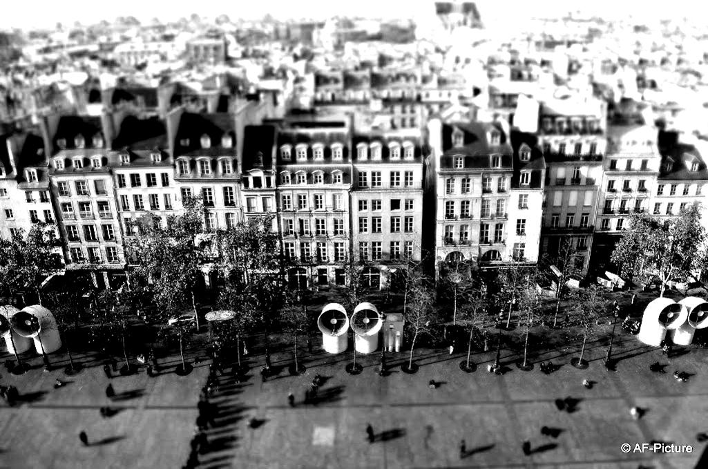 Immeubles typiques de Paris (Haussmann) vus depuis le Centre Pompidou. Une magnifique photo, qu'il vous faut maintenant colorierA partir de la galerie : Paris